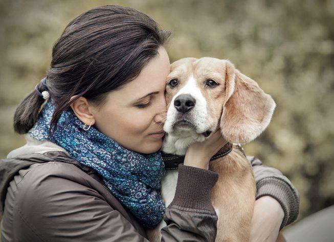 mulher abraçada com cachorro